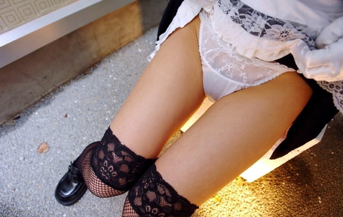 サークルでパンチラ下着を晒した女子大生のエロ画像6枚目
