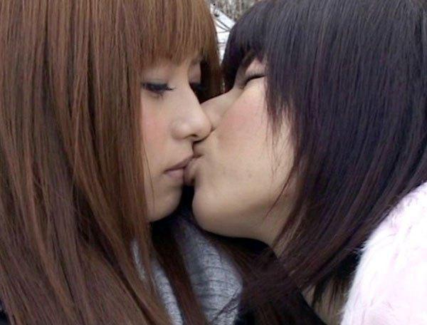 乳合わせや胸合わせをする少女達のレズエロ画像16枚目