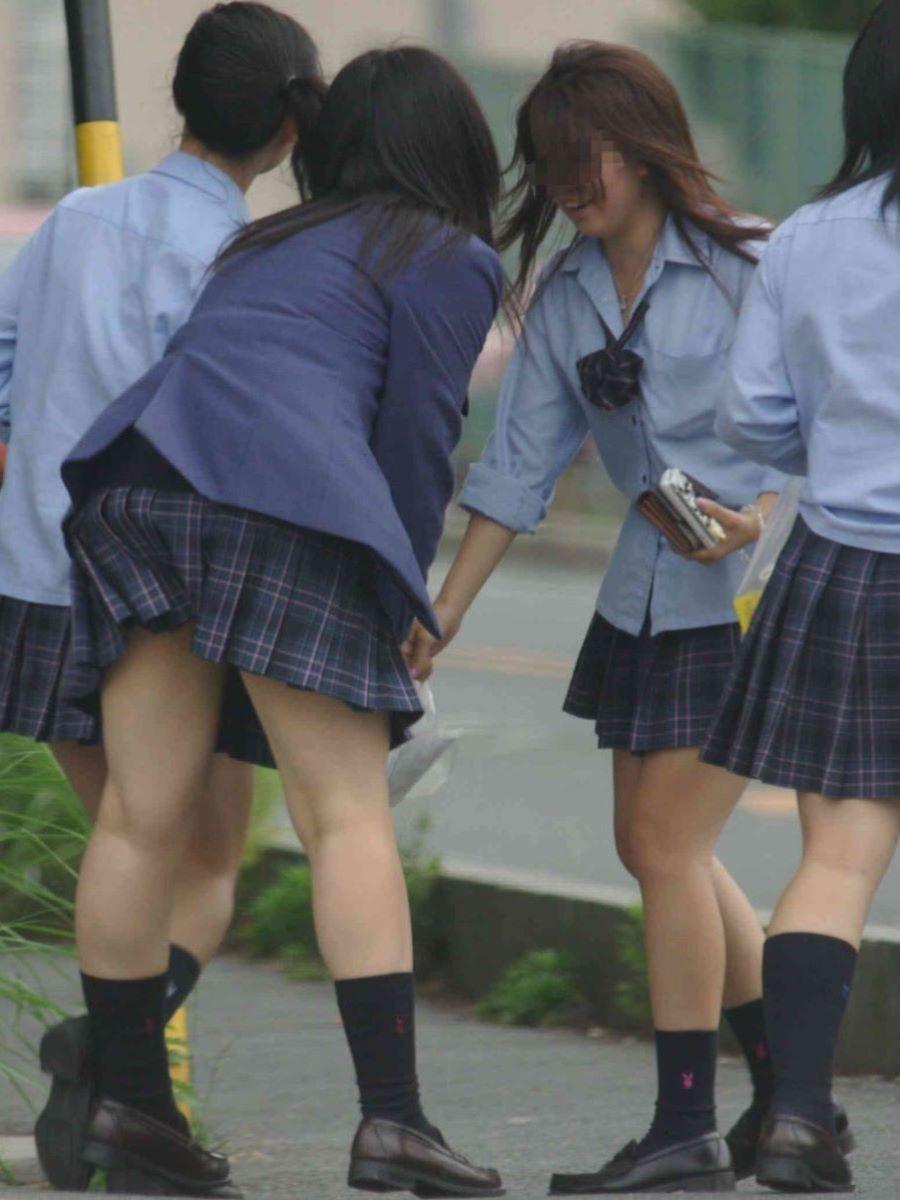 制服JKのエロ過ぎるミニスカート姿を激写した画像3枚目