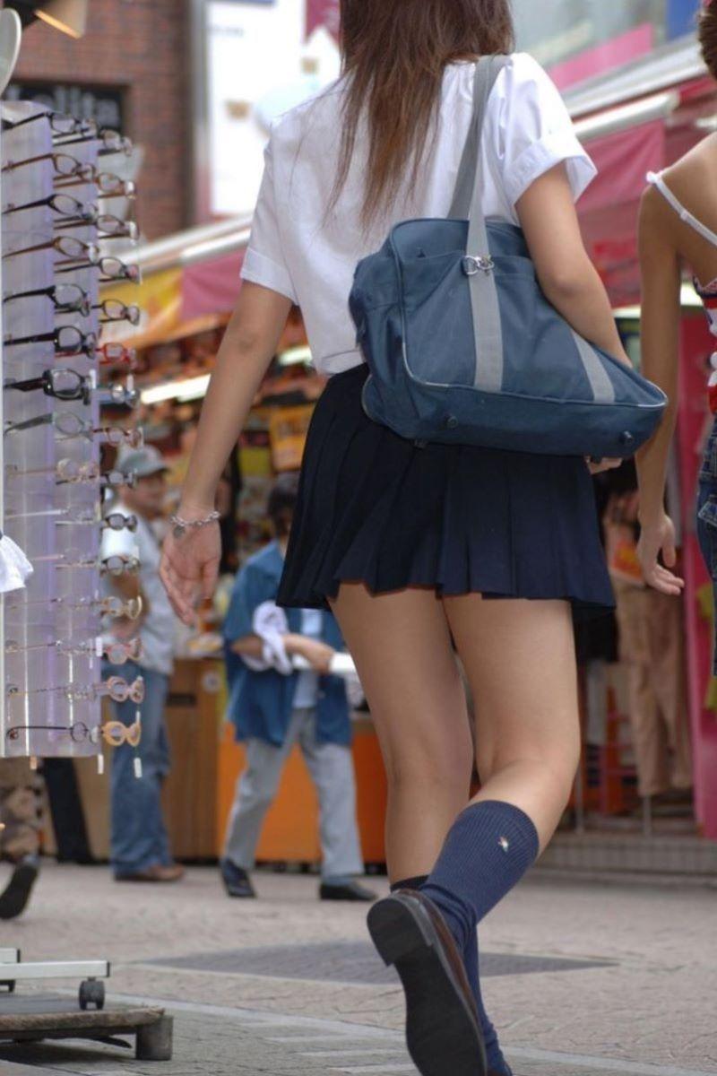 制服JKのエロ過ぎるミニスカート姿を激写した画像4枚目
