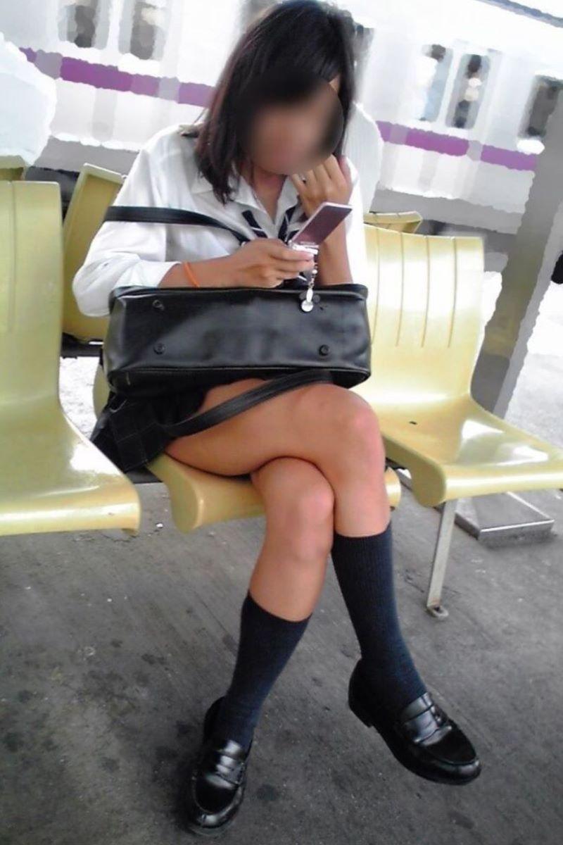 制服JKのエロ過ぎるミニスカート姿を激写した画像6枚目