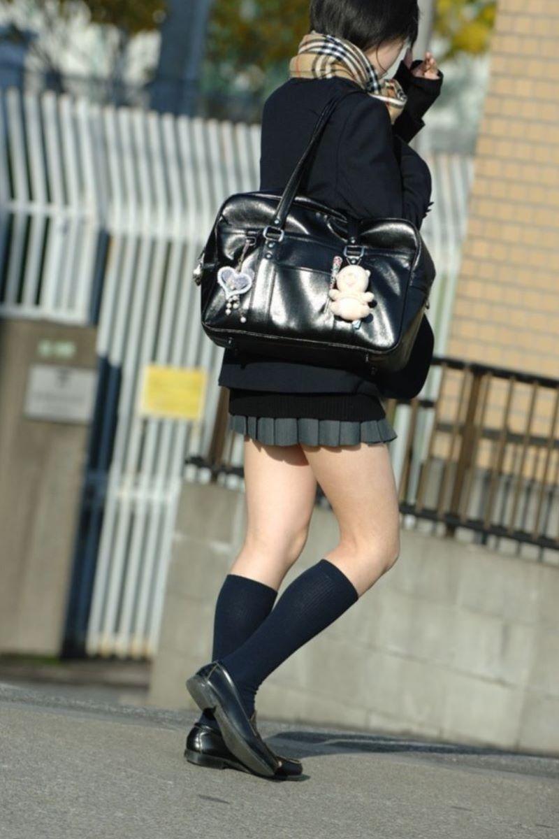制服JKのエロ過ぎるミニスカート姿を激写した画像7枚目