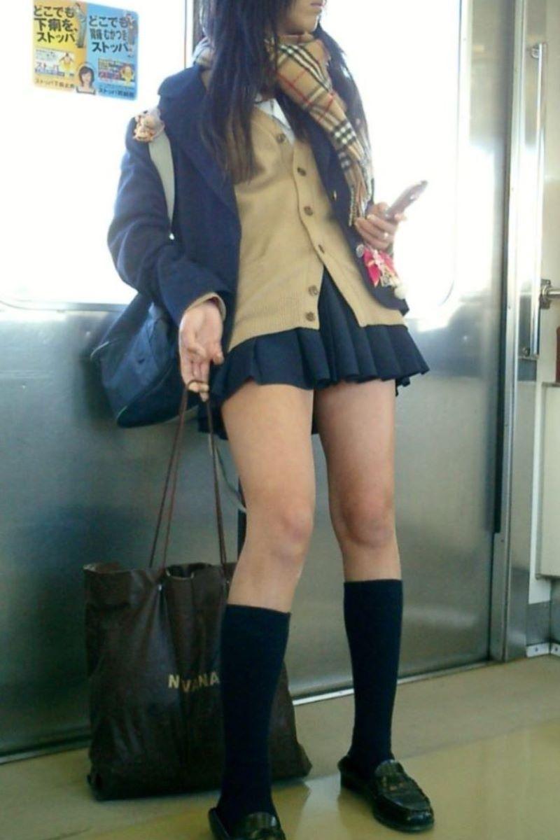 制服JKのエロ過ぎるミニスカート姿を激写した画像8枚目