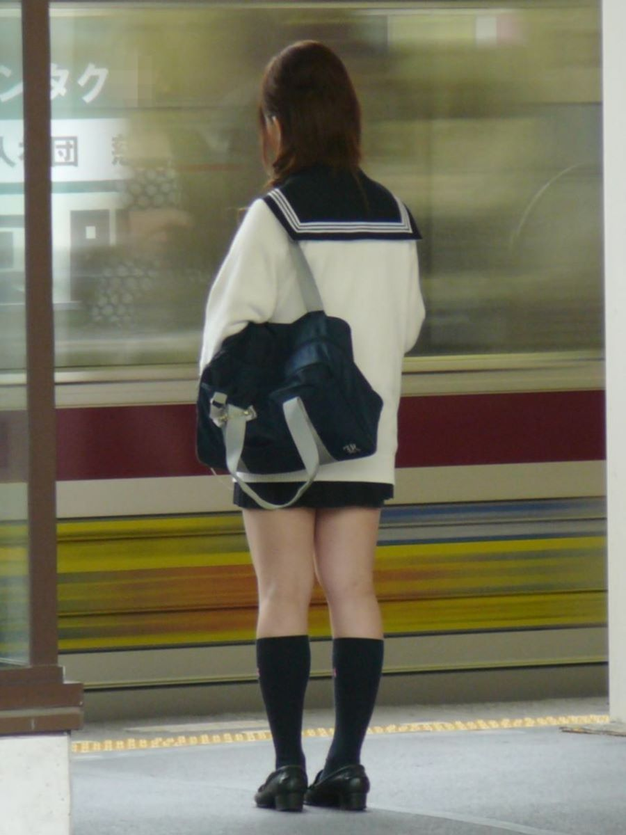 制服JKのエロ過ぎるミニスカート姿を激写した画像13枚目