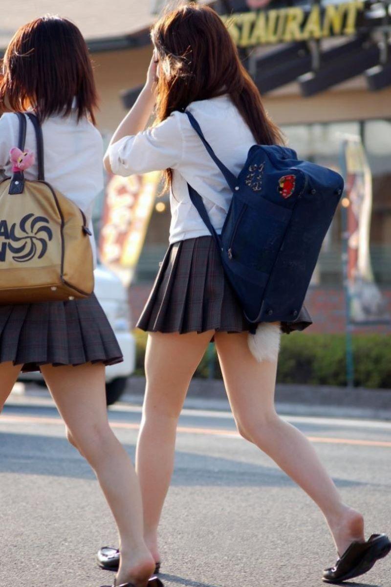 制服JKのエロ過ぎるミニスカート姿を激写した画像16枚目