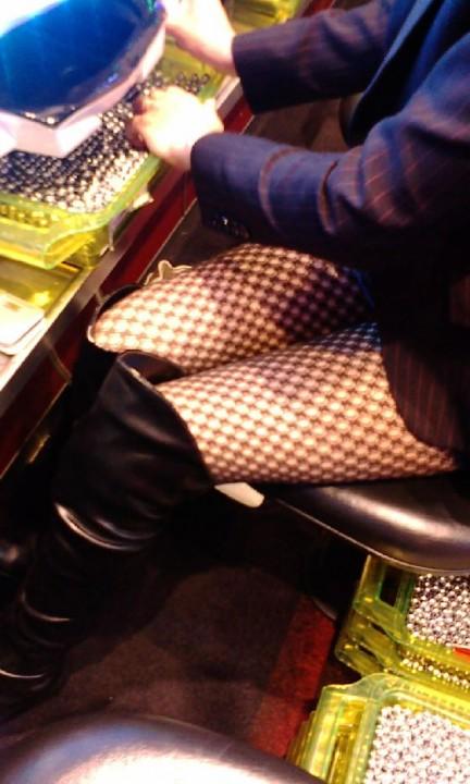 パチンコ屋店員さんの下着を逆さ撮り盗撮したエロ画像2枚目