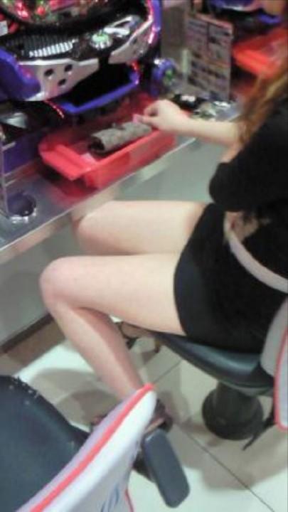 パチンコ屋店員さんの下着を逆さ撮り盗撮したエロ画像9枚目