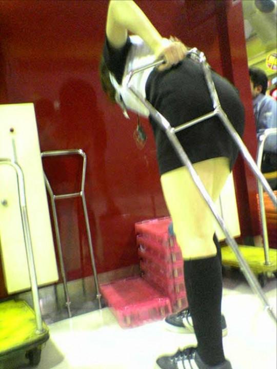 パチンコ屋店員さんの下着を逆さ撮り盗撮したエロ画像13枚目