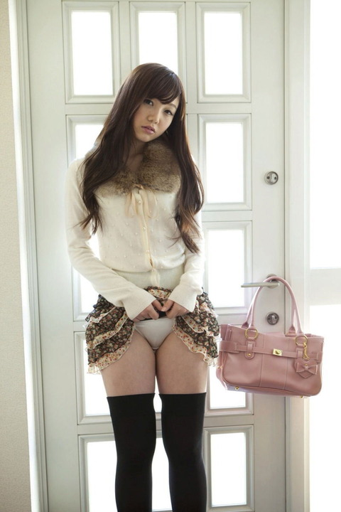 女子大生セフレにスカートたくし上げさせたエロ画像2枚目