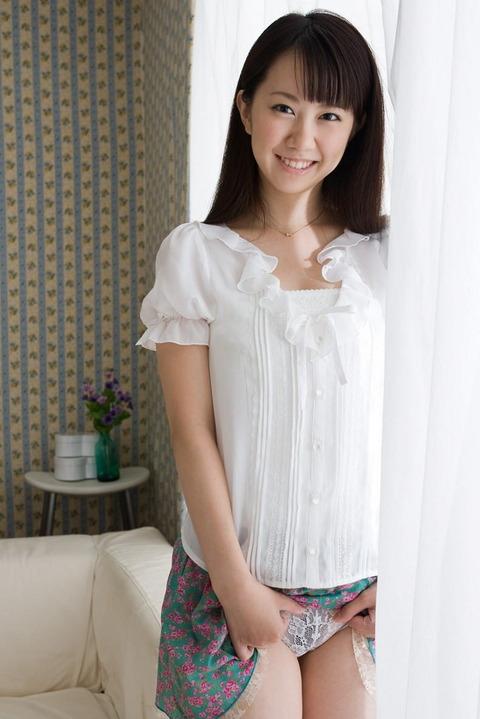 女子大生セフレにスカートたくし上げさせたエロ画像3枚目