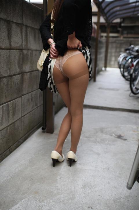 女子大生セフレにスカートたくし上げさせたエロ画像4枚目