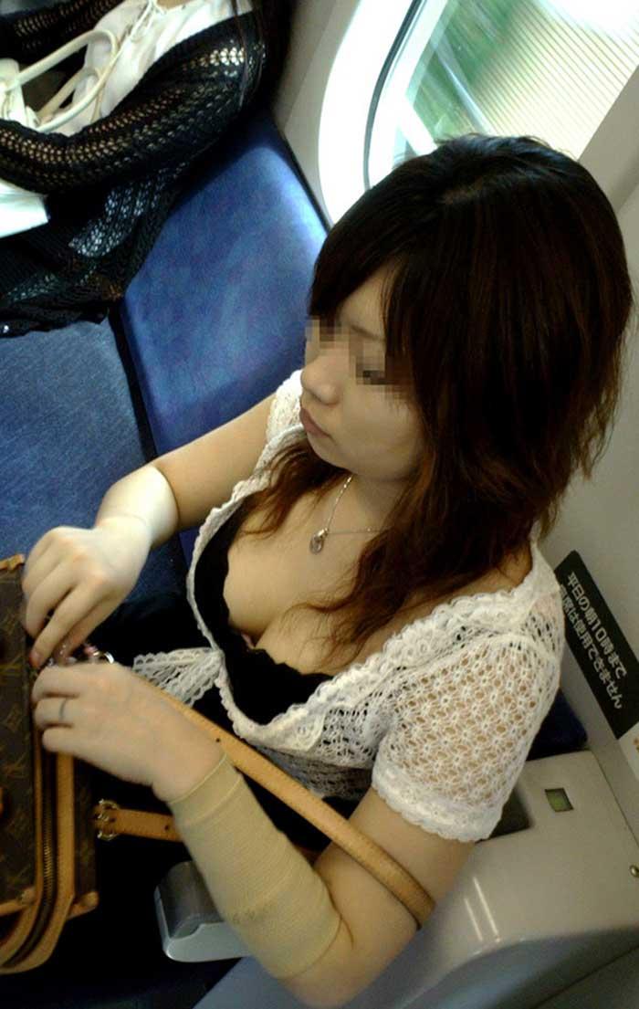 フリマで盗撮されたお姉さんの浮きブラ胸チラエロ画像2枚目