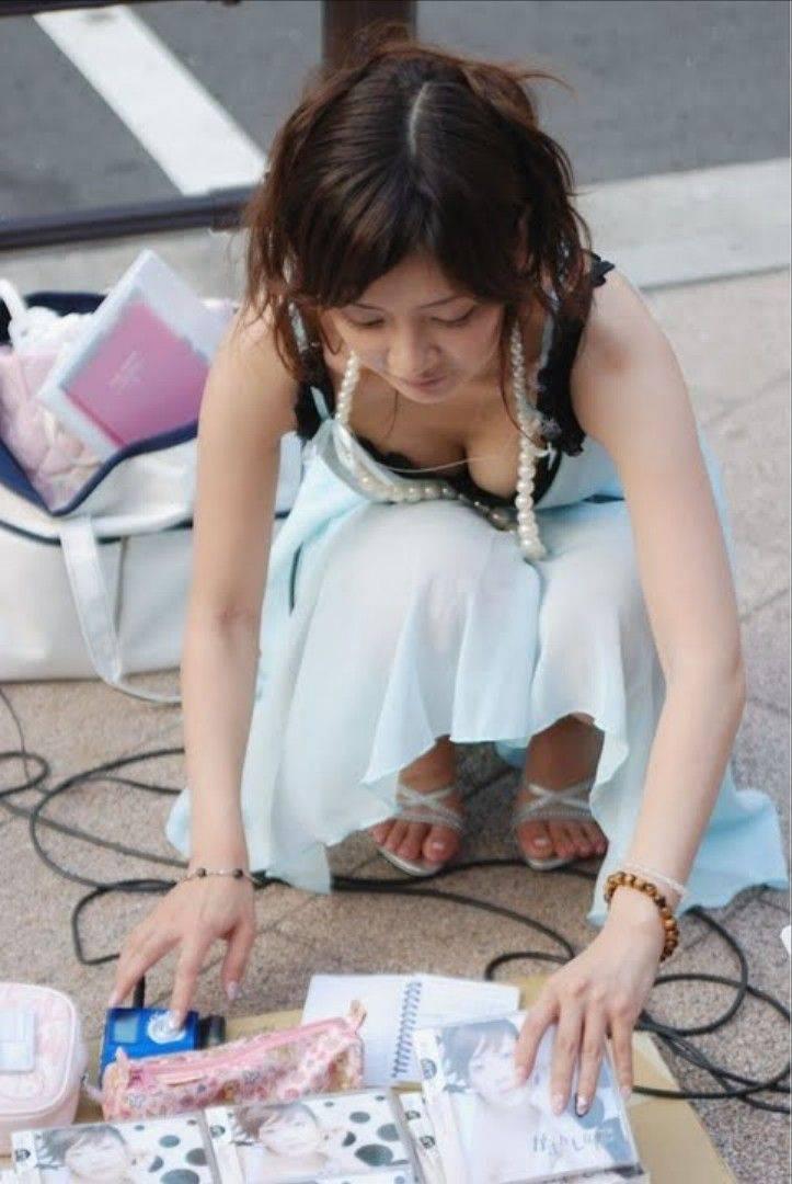 フリマで盗撮されたお姉さんの浮きブラ胸チラエロ画像7枚目
