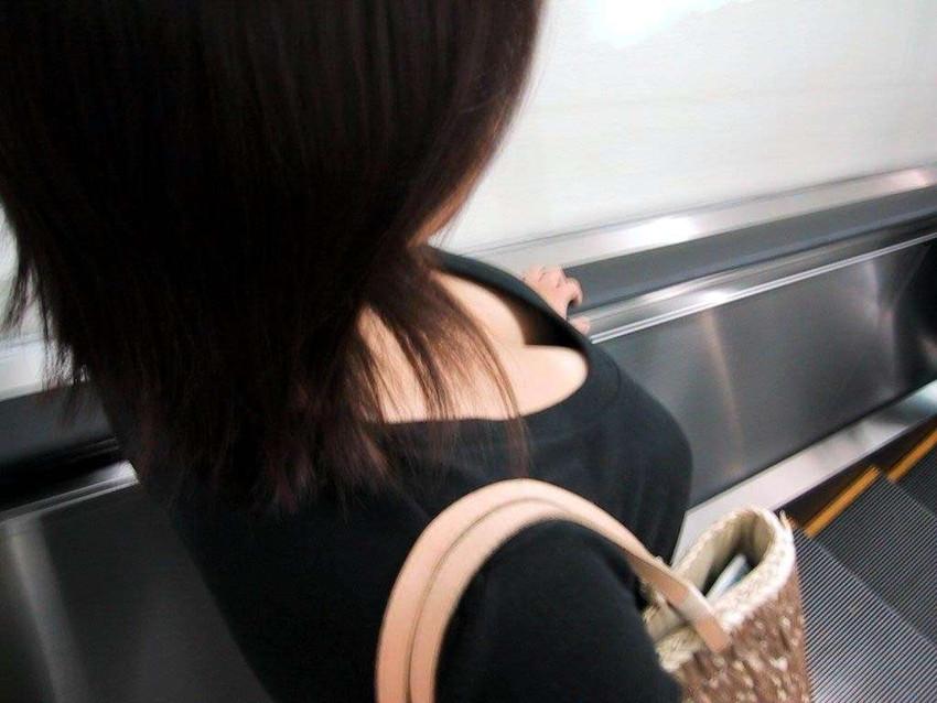 フリマで盗撮されたお姉さんの浮きブラ胸チラエロ画像8枚目