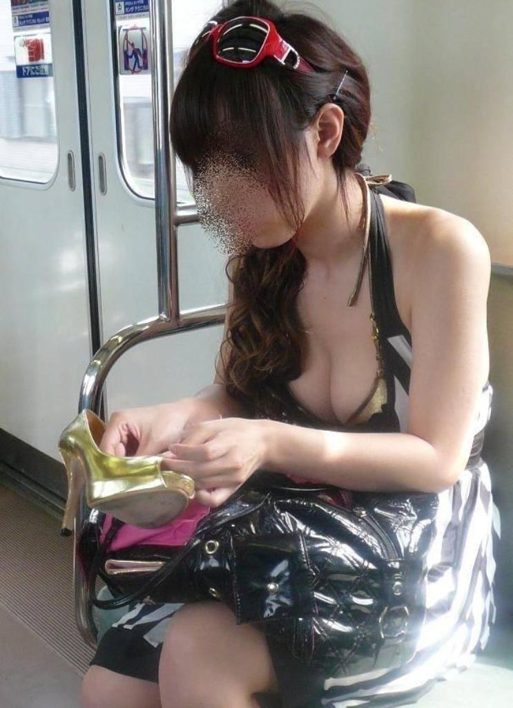 フリマで盗撮されたお姉さんの浮きブラ胸チラエロ画像12枚目