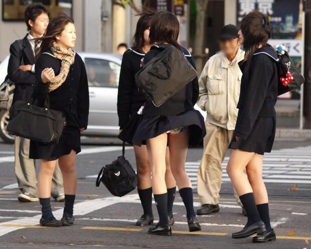 めくれた制服スカート透けまん毛下着のjk盗撮エロ画像10枚目