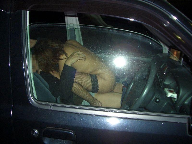 カーセックスを盗撮され慌てる不倫人妻エロ画像7枚目