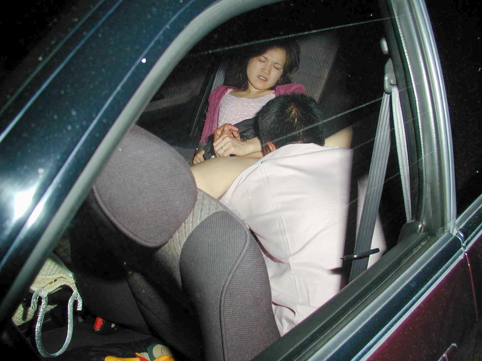 カーセックスを盗撮され慌てる不倫人妻エロ画像15枚目