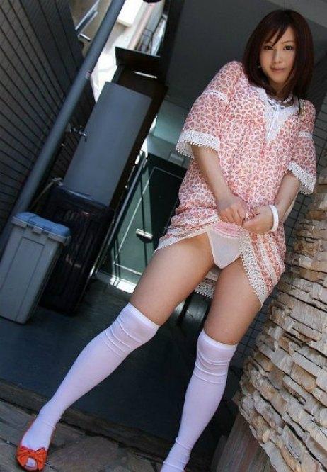 若妻にたくし上げパンティをさせたセフレ調教の露出流出エロ画像2枚目