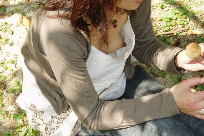 ノーブラで買い物をする人妻の胸チラ盗撮エロ画像5枚目