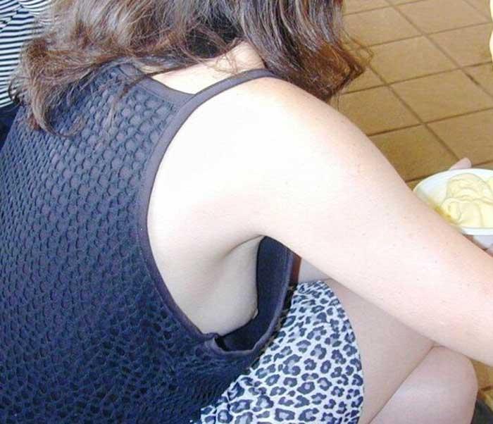 ノーブラで買い物をする人妻の胸チラ盗撮エロ画像8枚目