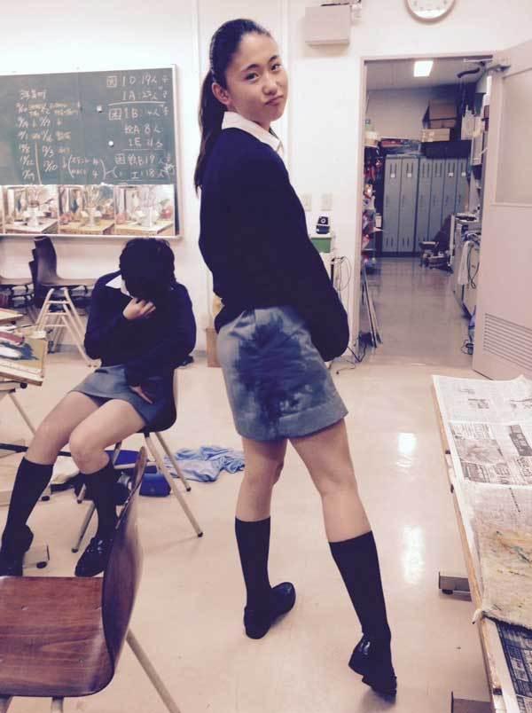 駅でたむろする制服JKのスカート盗撮エロ画像8枚目