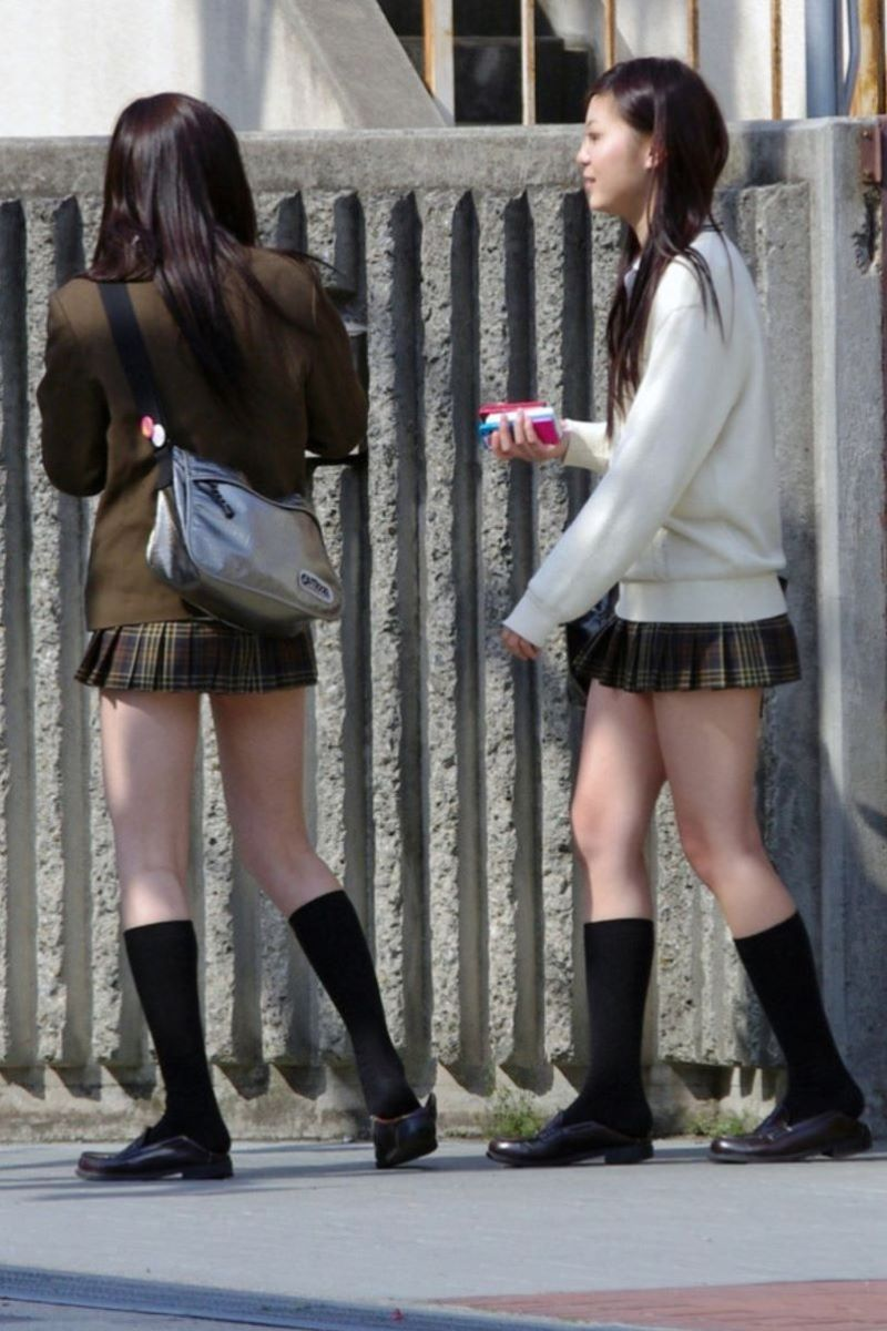 駅でたむろする制服JKのスカート盗撮エロ画像13枚目