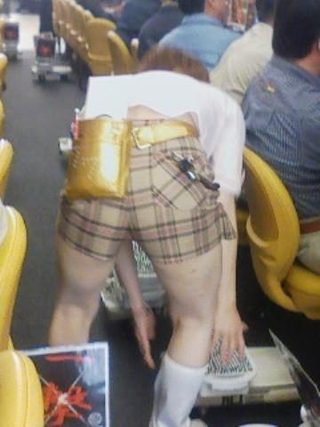 生パンツで働き逆さ撮り盗撮されたパチンコ店員画像5枚目