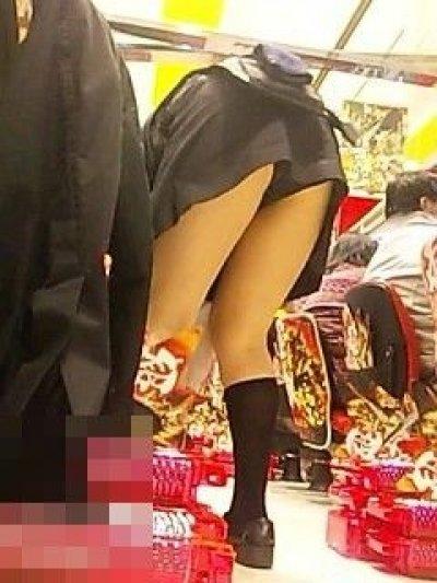 生パンツで働き逆さ撮り盗撮されたパチンコ店員画像11枚目