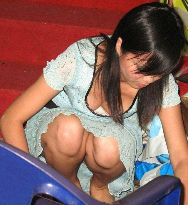テスト前にリビングで勉強するjk妹の胸チラ盗撮画像3枚目