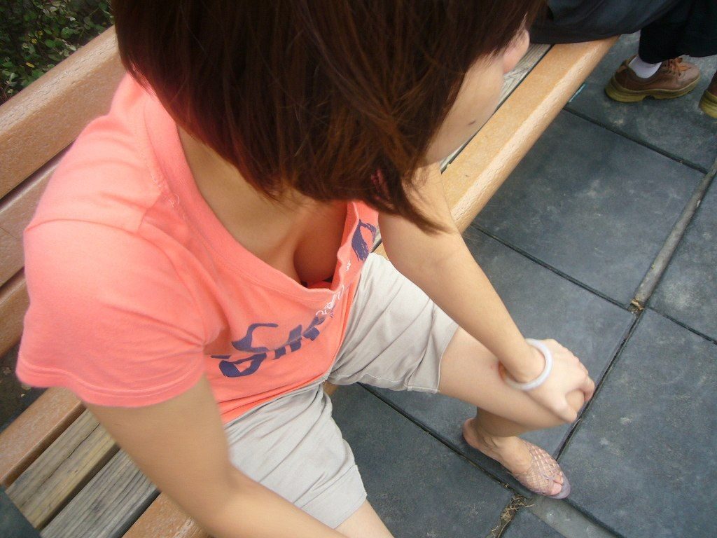 テスト前にリビングで勉強するjk妹の胸チラ盗撮画像5枚目