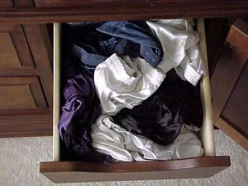 サテン下着が多めな女子大生の姉のタンス内盗撮画像2枚目