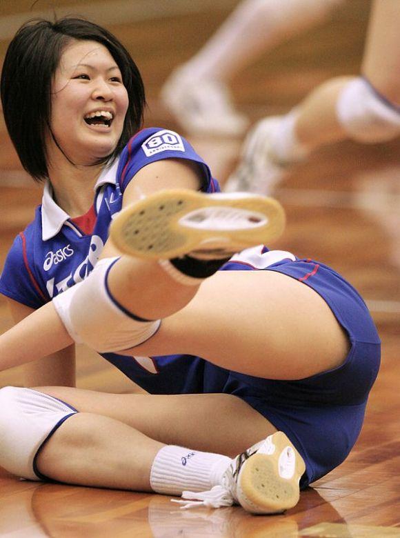 女子バレーボール選手のブルマ食い込みと爆乳の盗撮エロ画像2枚目
