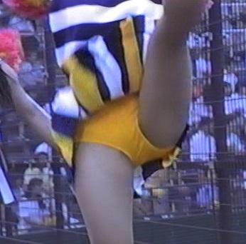 JKチアガールが甲子園で大股開きでのアンスコを盗撮エロ画像11枚目
